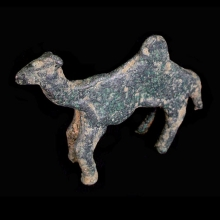 A lovely bronze camel figurine with flat body