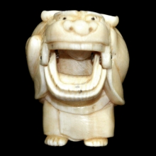 Japanese ivory Netsuke carving of an actor wearing a theatre mask, Edo