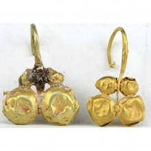 A fine pair of Roman gold earrings with grape pendants